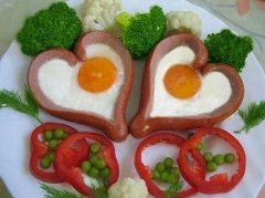 Яичница в сердечке из сосиски