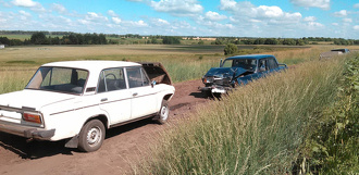 На грунтовой дороге в поле столкнулись два автомобиля