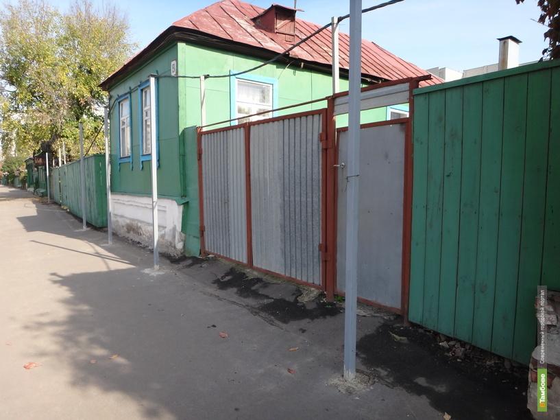 Неизвестная организация установила перед окнами тамбовчан железные столбы