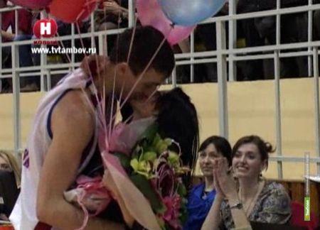 Игрок БК «Тамбов» сделал предложение своей девушке прямо на паркете