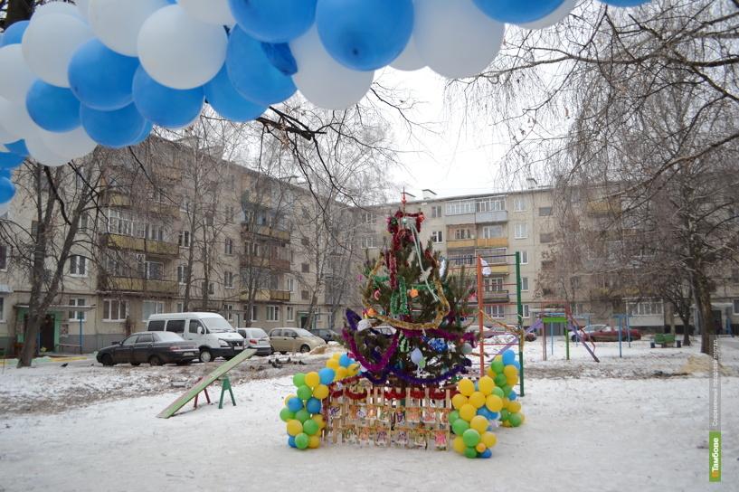 Во дворе тамбовской многоэтажки «выросла» праздничная елка