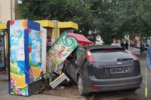 В Тамбове на перекрестке улиц Советской и Чичканова иномарка снесла 4 холодильника