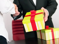 Чиновники будут выкупать подарки стоимостью свыше трех тыс. рублей
