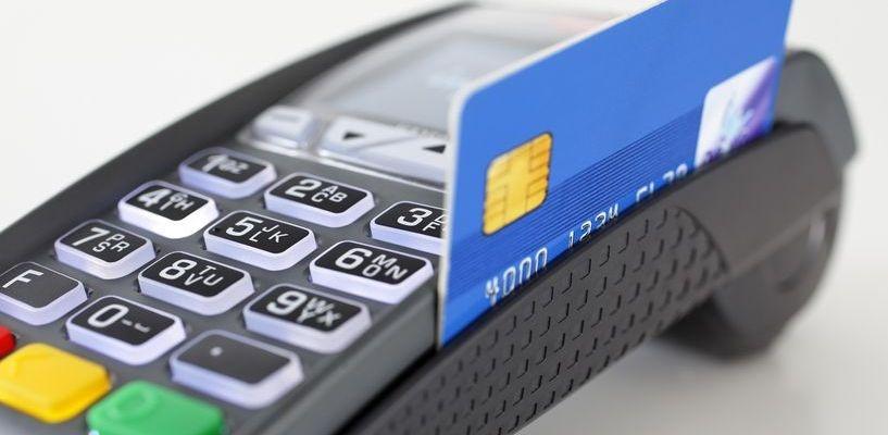 Россияне стали чаще оплачивать покупки с помощью банковских карт