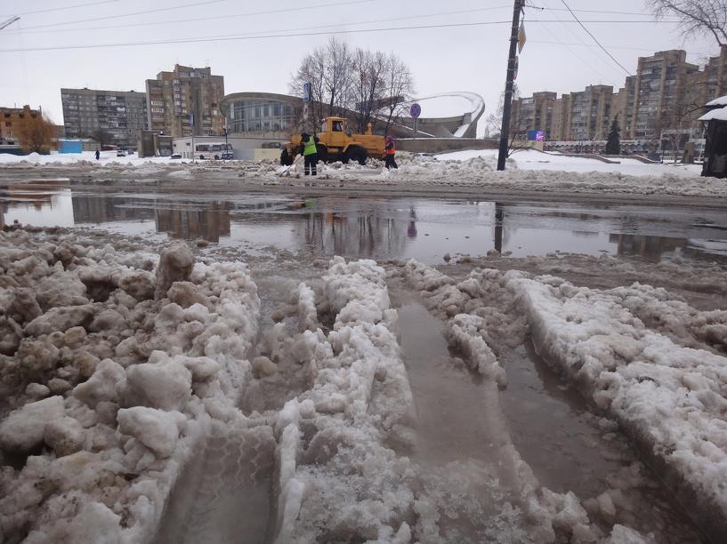 Представители «Спецдорсервиса» обещают избавить дороги от воды к вечеру