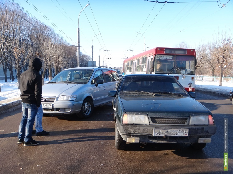Авария парализовала движение на бульваре Энтузиастов