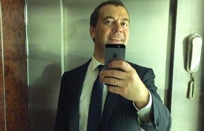Дмитрий Медведев опубликовал в Instagram «селфи» в лифте