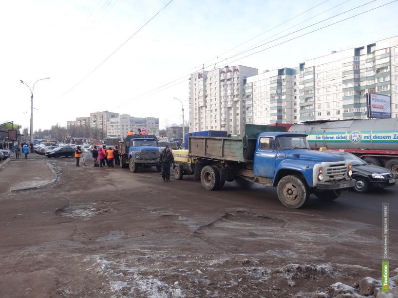 Дорожные рабочие устроили пробку на бульваре Энтузиастов
