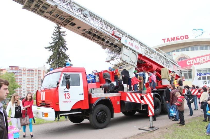 В День Победы тамбовские огнеборцы похвастались своей спецтехникой