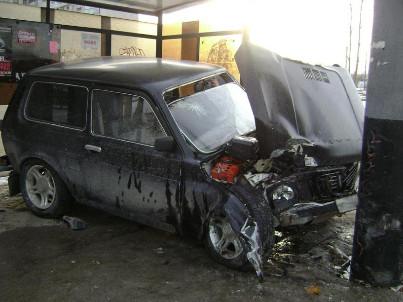 В Тамбове водитель на «Ниве» врезался в столб и въехал в автобусную остановку
