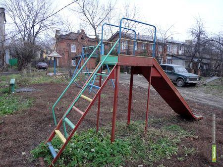 Тамбовчане называют детскую площадку во дворе «минным полем»