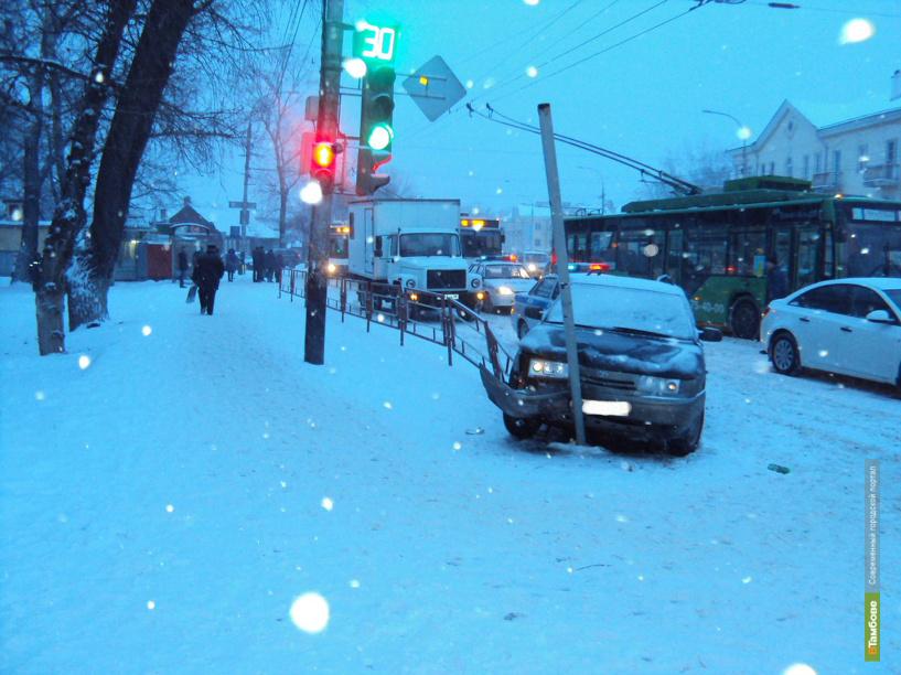 В Тамбове в результате ДТП на пенсионерку упал дорожный знак