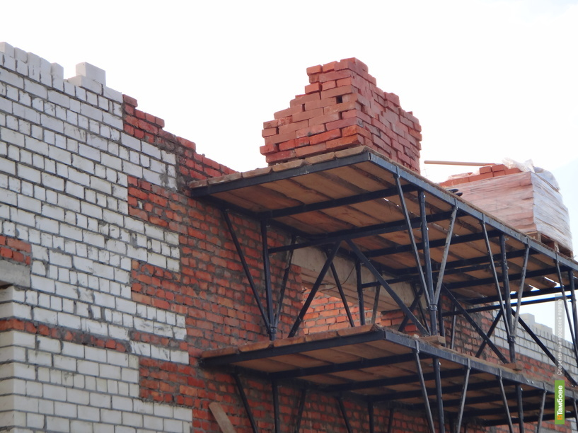 Дожди мешают капремонту крыш тамбовских домов