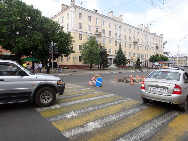 На Комсомольской площади отремонтировали разбитый люк