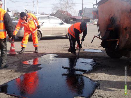 Выбоины на дорогах области заливают жидким асфальтобетоном