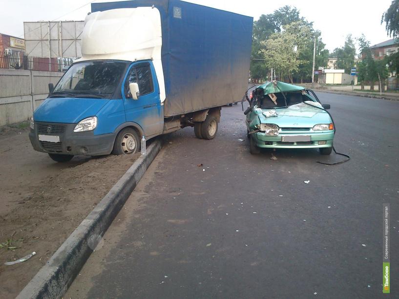 Водитель «легковушки» протаранил припаркованную «ГАЗель»