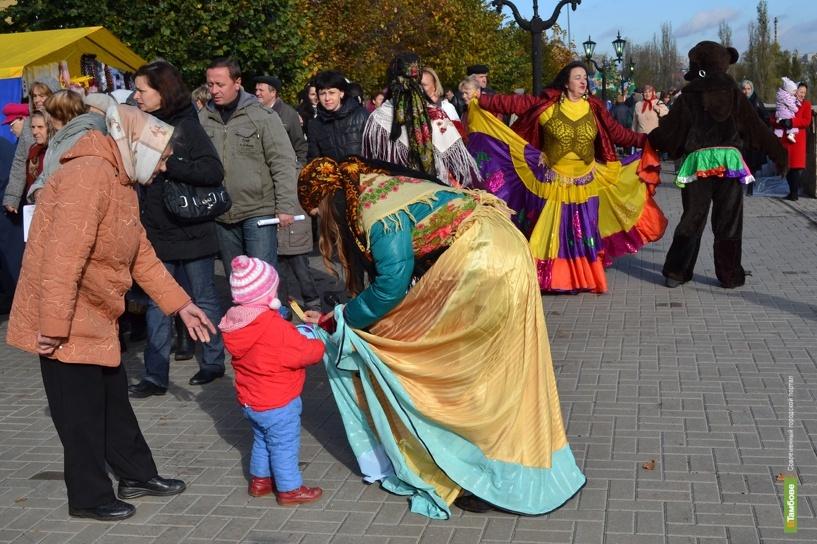Цыгане с медведем развлекают тамбовчан на Покровской ярмарке