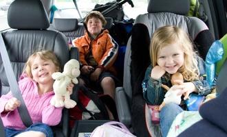 В России начинают штрафовать за оставленных в машинах детей