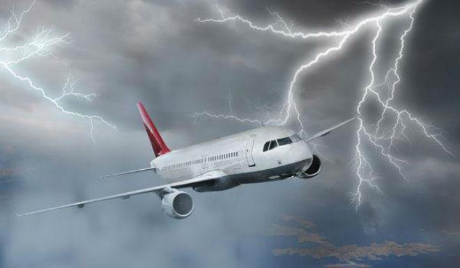 В летевший из Крыма самолет попала молния