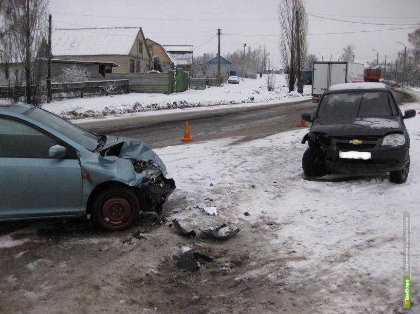 На заснеженной дороге под Кирсановом столкнулись Chevrolet и Honda