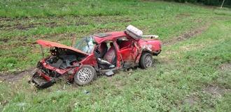 Иномарка выехала на полосу встречного движения и врезалась в грузовик