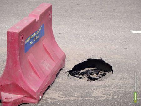 Из-за испытаний теплосети в центре Тамбова провалился асфальт