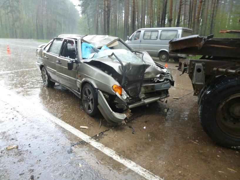 На тамбовской дороге прицеп отцепился от фуры и помял два авто