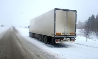 Автоинспекторы оказали помощь водителю грузовика на трассе под Тамбовом