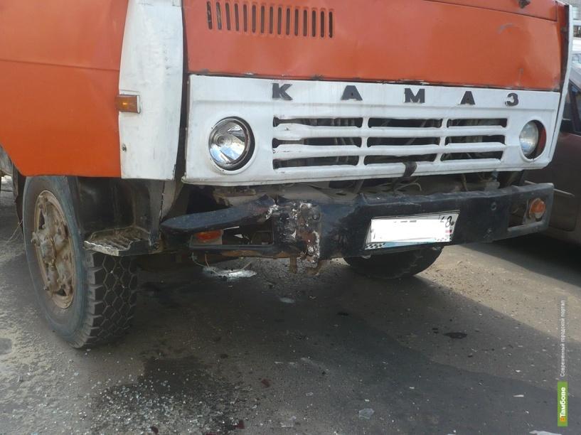 В Тамбове КАМАЗ подтолкнул автобус