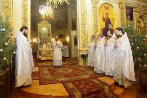 Митрополит Феодосий передал прихожанам привезенный со Святой земли Вифлеемский огонь