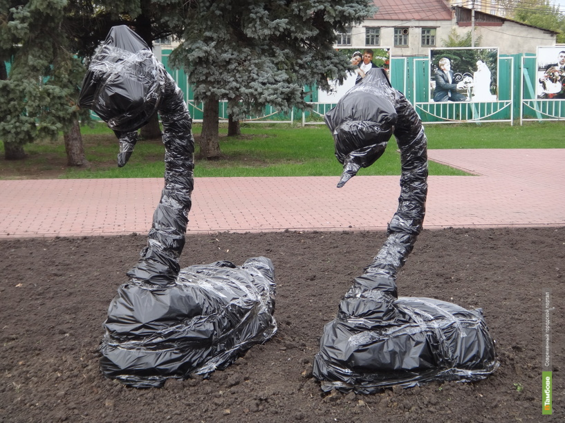 В Тамбове «уходят в спячку» цветочные скульптуры