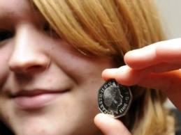 """Британская студентка оплатит учебу монетой """"из будущего"""""""