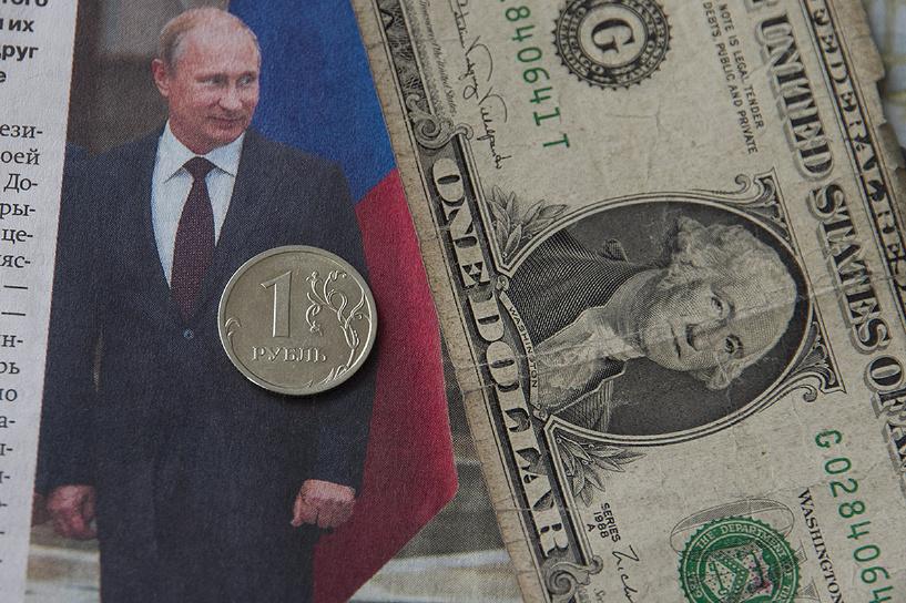 Рубль за день потерял 7% к доллару на фоне снижения рейтинга России