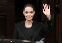 Анжелина Джоли удалила грудь из-за боязни рака