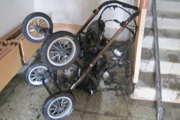 В Уварово мужчина поджег детскую коляску своих соседей