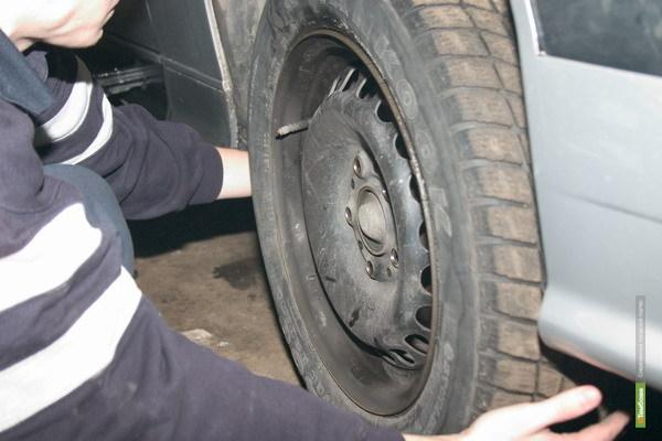 В Тамбове судебные приставы изъяли за долги колесо