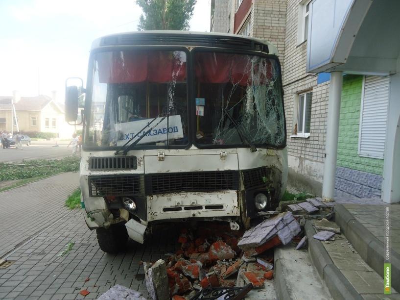 В Кирсанове пассажирский автобус попал в ДТП
