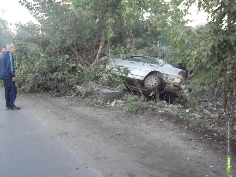 Тамбовчанин на Мерсе перевернулся и врезался в дерево