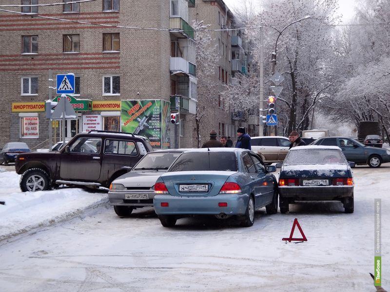 Четыре авто притёрлись друг к другу на светофоре