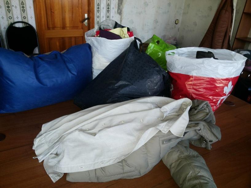 Волонтеры ТГТУ помогают разобрать вещи для беженцев из Украины
