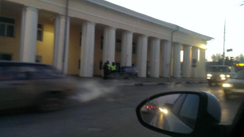 В Тамбове легковушка едва не влетела в колонну Гостиного двора