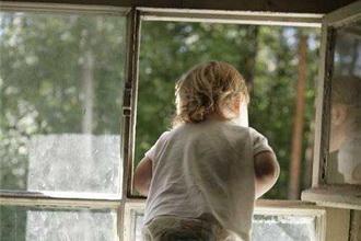 В Тамбове из окна выпал ребенок