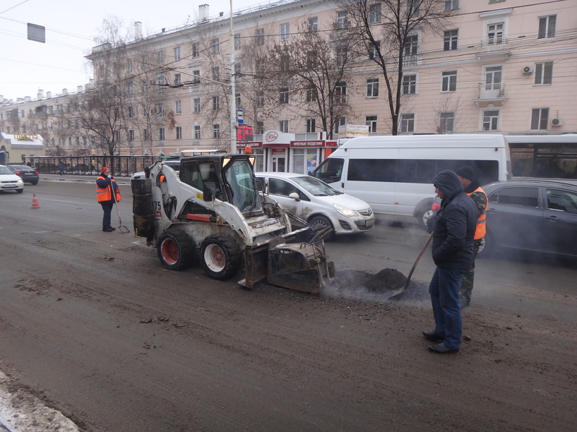 Рабочие «латают» дороги в центре Тамбова