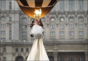 Для демонстрации рекордного свадебного наряда понадобился воздушный шар