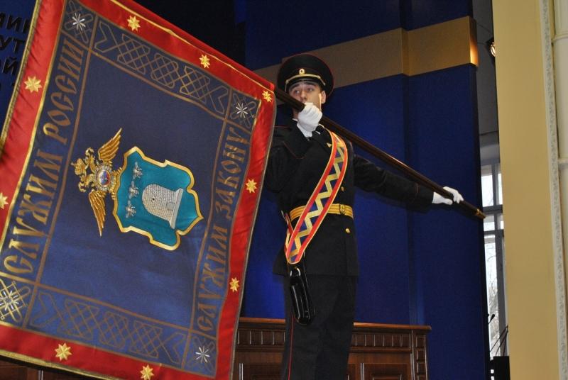 Тамбовские полицейские в торжественной обстановке закрепили на древке новое знамя УМВД