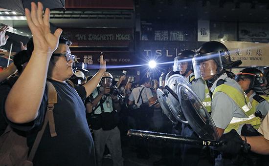 В Гонконге возобновились столкновения протестующих и полиции
