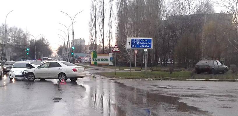 В Тамбове возле заправки столкнулись три авто