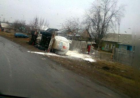 В Тамбовской области перевернулся муковоз