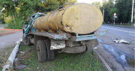 В Мичуринске грузовик въехал в бетонный столб