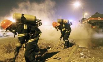 На юге Китая перевернулся грузовик с 20 тоннами серной кислоты